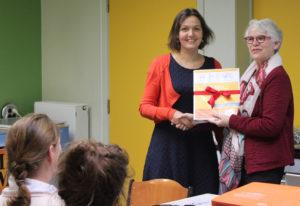 Mieke van Damme krijgt het eerste exemplaar aangeboden van Trijntje de Wit